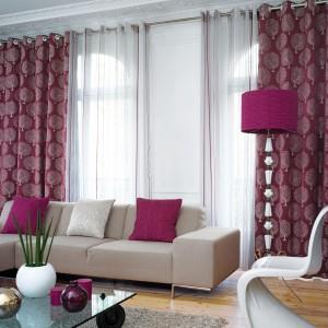 Bordowe zasłony z nadrukowanymi subtelnymi drzewami pochodzą z kolekcji Opale francuskiej marki Casadeco. Fot. Casadeco.