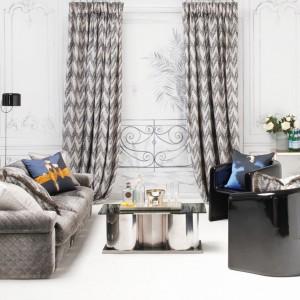 Nakładające się na siebie zygzaki tworzą ciekawy wzór na zasłonach z serii Runway marki Zinc Textile. Tkanina projektu René Gruau. Fot. Zinc Textile.