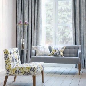 Eleganckie, lekko melanżowe zasłony w modnym, szarym kolorze sprawdzą się w nowoczesnych, jak i klasycznych aranżacjach. Kolekcja Elodie marki Villa Nova. Fot. Villa Nova.
