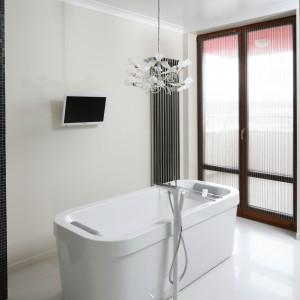 Aranżacja  w bieli sprawdza się zarówno w małych łazienkach jak i dużych salonach kąpielowych.  W tym wypadku podkreśla elegancki i relaksacyjny charakter wnętrza. Projekt: Izabella Korol. Fot. Bartosz Jarosz.