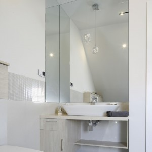 Duże lustra dodają wizualnej przestrzeni i odbijają światło, przez co łazienka wydaje się jeszcze bardziej przestronna i jasna. Projekt: Kamila Paszkiewicz. Fot. Bartosz Jarosz.