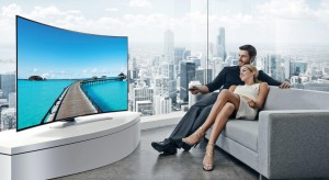 """Zakrzywiony telewizor w """"kąciku filmowym"""", salonie czy pokoju dla gości, może być ważnym elementem nowoczesnego wnętrza, ponieważ łączy technologie z estetyką."""