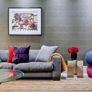 Mięsista sofa i wełniane pufy wprowadzają do wnętrza element przytulności. Projekt: Daniel Hopwood Studio. Fot. Matt Chung Photo.
