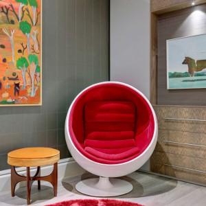 Stonowane kolory, stanowiące bazę dla wnętrza, ożywiają intensywne barwy. Projekt: Daniel Hopwood Studio. Fot. Matt Chung Photo.