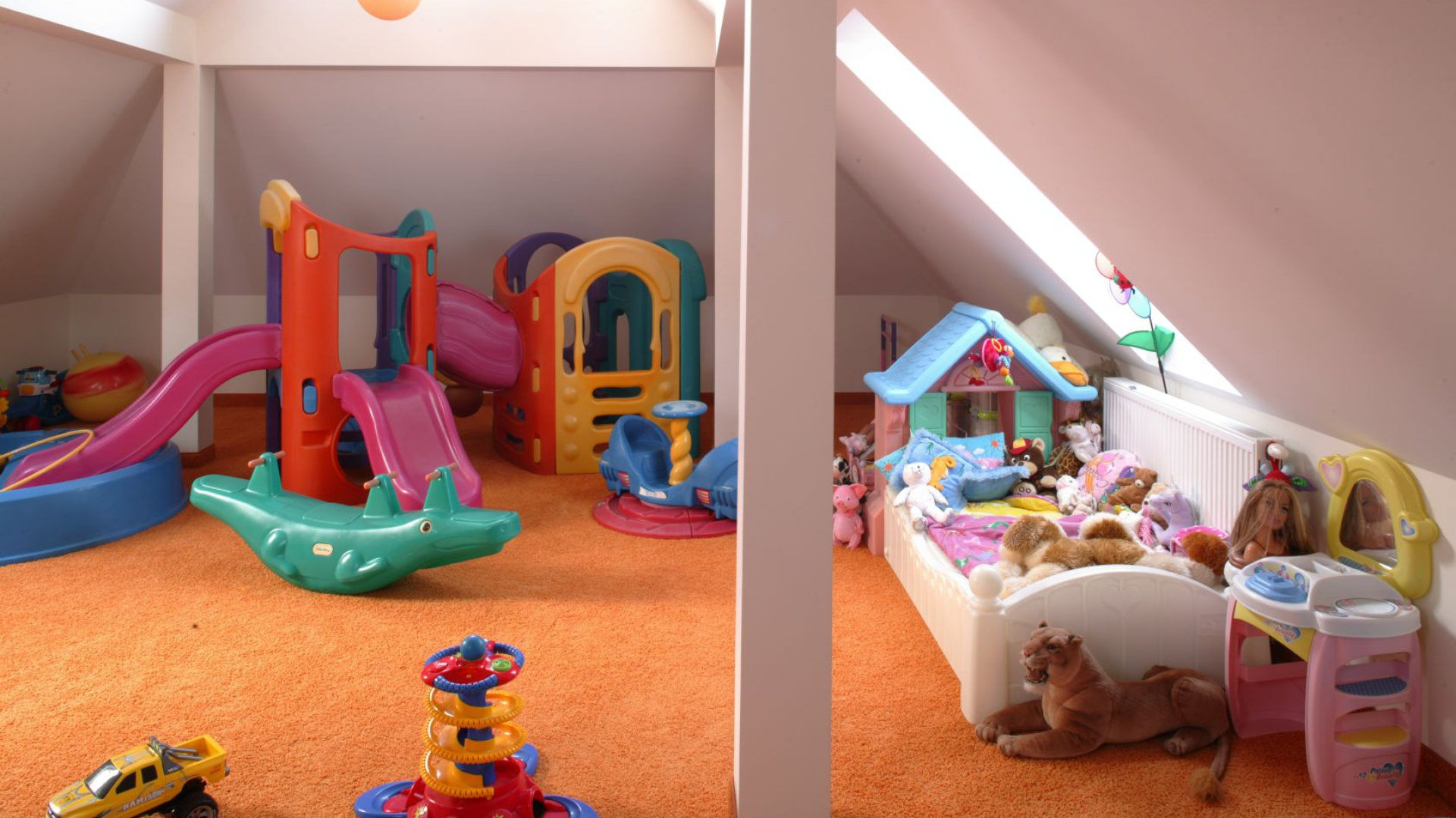 Strych czy przestrzeń na poddaszu to idealne miejsce, by zorganizować tam plac zabaw. Ta część domu z pewnością będzie szczególnie lubianym miejscem - zwłaszcza późną jesienią i zimą. Fot. Bartosz Jarosz.