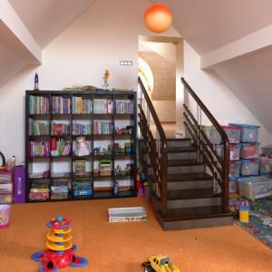 W przestrzeni dziecka warto ustawić półki z książkami. Dzięki temu możemy urozmaicać szaloną zabawę przerwami na czytanie ulubionych bajek. Fot. Bartosz Jarosz.