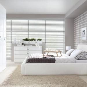 Tapicerowane łóżko Roksana II na metalowych, delikatnych stopkach. Fot. Black Red White.