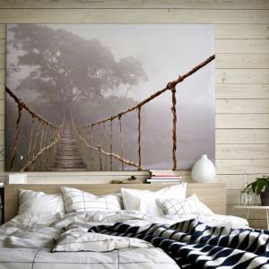 Duży obraz na płótnie (wymiary 200x140 cm) z motywem dżungli. Perspektywa linowego mostu ciągnącego się w głąb pejzażu optycznie powiększa wnętrze sypialni. Do kupienia w IKEA, cena 499 zł. Fot. IKEA.