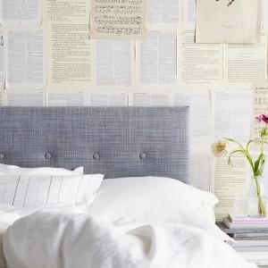 Wezgłowie łóżka Årviksand zostało urozmaicone delikatnym pikowaniem. Miękki zagłówek świetnie sprawdzi się podczas oglądania telewizji, czytania książek. Fot. IKEA.