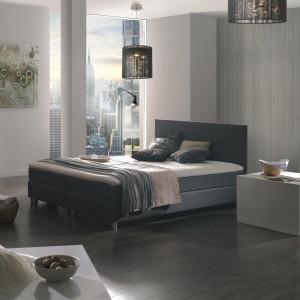 Łóżko z kolekcji Boxspring odbiega swoim wyglądem od tradycyjnych, tapicerowanych modeli łózek. Prosty, gładki, tapicerowany zagłówek. Fot. Meble Agata.