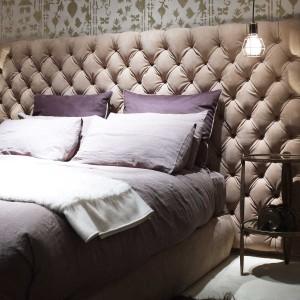 Wysoki, wychodzący poza ramy łózka, bogato pikowany, tapicerowany zagłówek łóżka Heaven. Fot. Baxter.