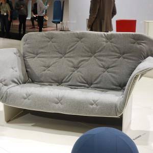 Sofa Blanket marki Materia wygląda jakby na siedzisko ktoś rzucił miękki koc. Jest przyjemna w dotyku i pozwala się sobą otulić. Fot. Marta Ustymowicz