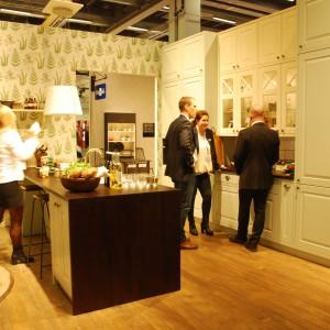 Marka Marbodal zaprezentowała klasyczne kuchnie. Jasne meble z przeszkleniami są domeną skandynawskich kuchni. Fot. Marta Ustymowicz
