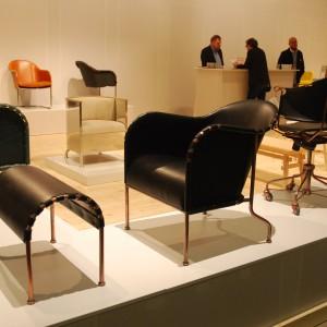 Marka Kalemo w tym roku postawiła na modernistyczną kolekcję. Miedziane konstrukcje foteli otoczono naturalną skórą w ciemnych kolorach, od głębokiej czerni, po przygaszoną, butelkową zieleń. Fot. Marta Ustymowicz