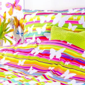 Kolorowa pościel z motywem motyli wprowadzi do sypialni radosny, optymistyczny nastrój. Fot. Home&You.