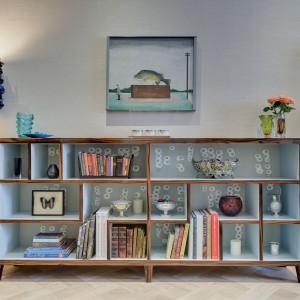 Wnętrze udekorowano szlachetnymi antykami, przedmiotami zakupionymi na ebayu i robionymi na zamówienie elementami. Projekt: Daniel Hopwood Studio. Fot. Matt Chung Photo.