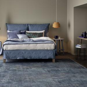 Wiosenne kolekcje obfitują  w odcienie niebieskiego. Na zdjęciu: łóżko Fly. Fot. Letti&Co.