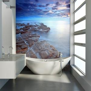 Fototapeta umieszczona na całej wysokości ściany optycznie powiększa przestrzeń łazienki i nadaje jej charakteru. Fot. DecoMania.