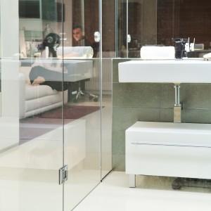 Ścianę na przeciw łazienki udekorowano efektowną, prostokątną grafiką. Projekt: RS+ Architekci. Fot. Tomasz Zakrzewski.