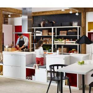 Projektując meble do swojej kuchni marzeń możemy pokusić się o całkiem fantazyjne pomysły. W tej kuchni rolę hokerów czy taboretów przejęły ławki, zaprojektowane bezpośrednio na wyspie kuchennej. Fot. IKEA.
