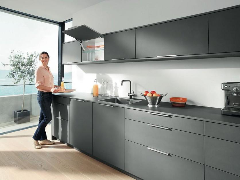 System Aventos HK-XS od Blum oferuje szerokie możliwości projektowania małych szafek górnych, np. nad wyciągiem kuchennym lub umywalką. Wyposażony jest w zawiasy Clip top Blumotion dla delikatnego i cichego zamykania. Fot. Blum.