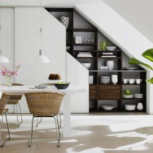 System do zabudowy poddasza od firmy Raumplus pozwala na zabudowę nawet najmniej dostępnych przestrzeni, dzięki czemu kuchnię i obszerną powierzchnię do przechowywania można zorganizować np. pod skosami. Fot. Raumplus.