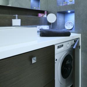 Pojemna szafka podumywalkowa nie tylko oferuje miejsce do przechowywania, ale także ukrywa pralkę. Fot. Bartosz Jarosz.