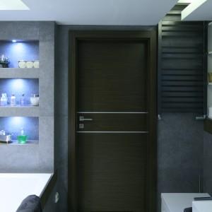 Zarówno obok umywalki, jak inad wanną, wykonano wnęki,  efektownie  podświetlone, na niezbędne drobiazgi. Fot. Bartosz Jarosz.