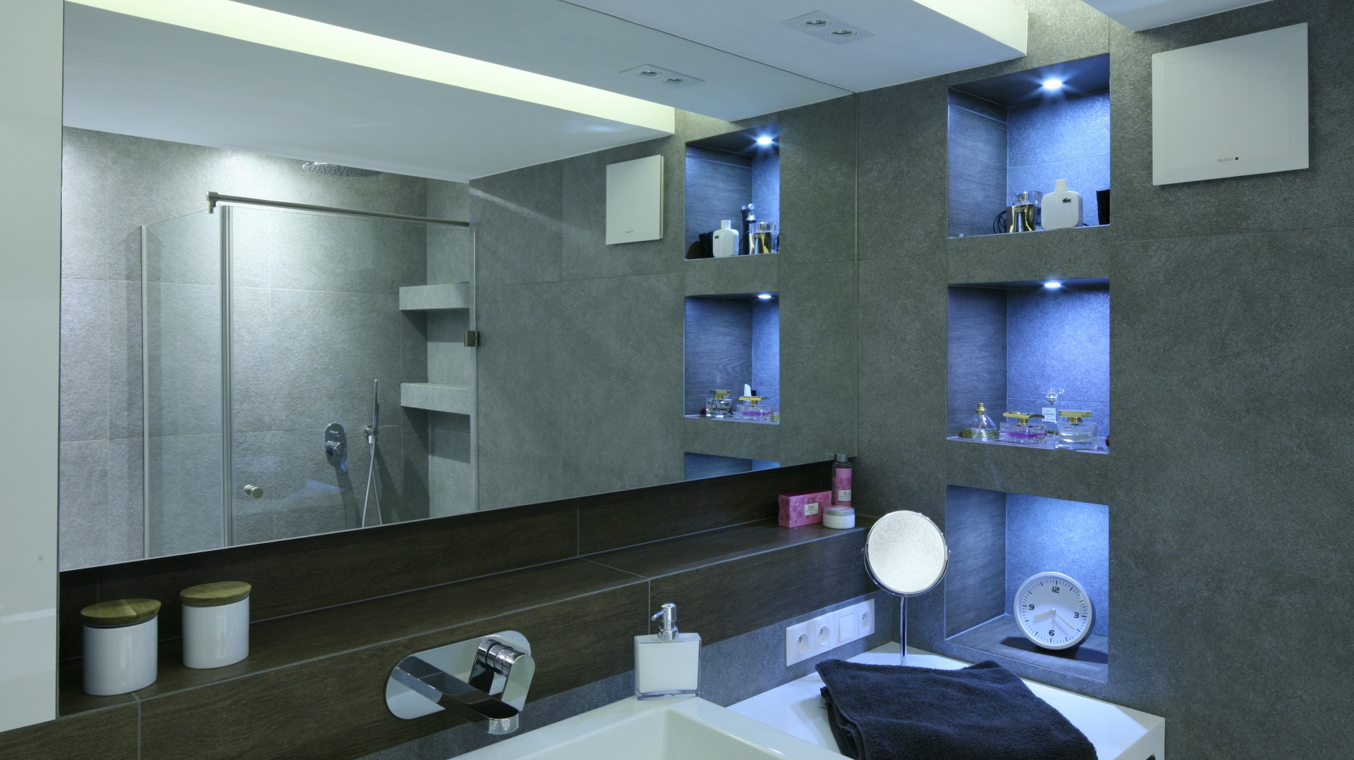 Lustro optycznie powiększa łazienkę.  Fot. Bartosz Jarosz.