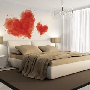 Fototapeta z motywem serca sprawdzi się w każdej sypialni. A na pewno w tej, w której zastosowano stonowaną, jasna kolorystykę. Fot. Big Trix.