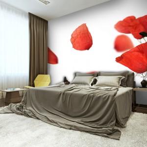 Przeskalowane kwiaty ożywiają przestrzeń sypialni. Maki nadają jej również romantyczny klimat. Fot. Picassi.