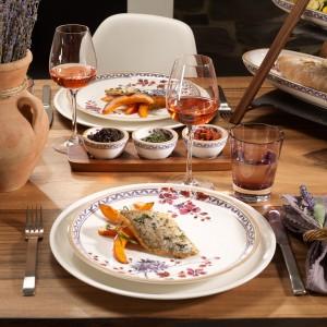 Linia porcelany Artesano Provençal Lavender od Villeroy&Boch nawiązuje do romantycznej Prowansji. Delikatna, rustykalna zastawa znakomicie ozdobi romantyczną kolację we dwoje. Fot. Villeroy&Boch.