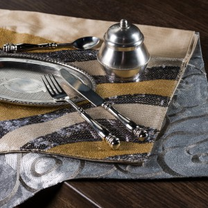 Złoto i srebro to barwy karnawału. W tym roku Walentynki przypadają właśnie w karnawale, na dodatek w ostatki! Dlatego błyszcząca zastawa i dodatki będą jak najbardziej wskazane podczas romantycznych spotkań. Fot. Almi Decor.