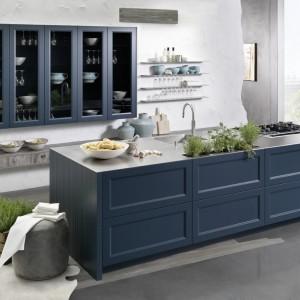 Połączenie nowoczesności z klasycyzującymi formami. Podwieszane szafki zdobią długie pionowe przeszklenia, a fronty wyspy kuchennej delikatne zdobienie. Fot. Rational, kuchnia Casa.