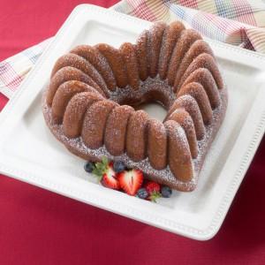 Ciasto w kształcie pięknego serca można upiec dzięki formie firmy Nordic Ware, która została wykonana z kutego aluminium. Jego właściwości cieplne sprawiają, że ciasto piecze się równomiernie. Do nabycie na stronie LeDuvel. Fot. Nordic Ware.