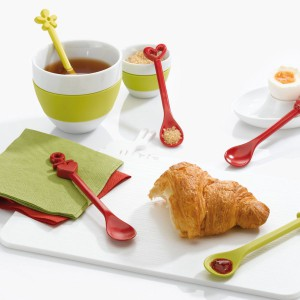 Śliczne łyżeczki, m.in. z motywami serduszek, to pomysł marki Koziol. Idealne do słodkości i podawanej do nich herbaty. Fot. Koziol.