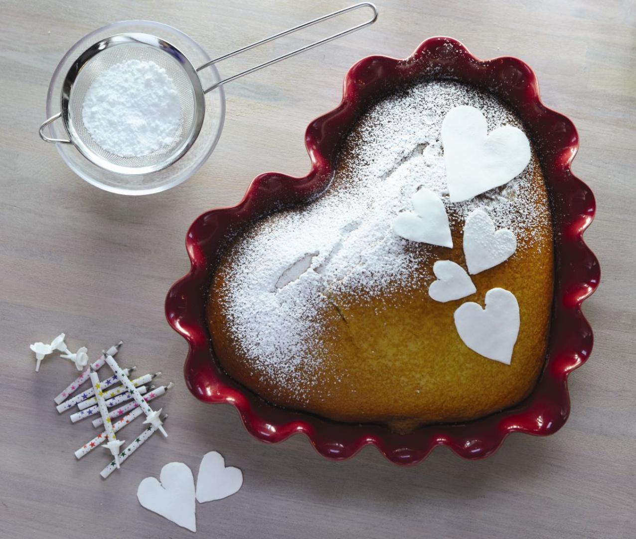 Ceramiczna forma w kształcie serca z karbowanym rantem to propozycja francuskiej marki Emile Henry. Idealna na walentynkowe ciasto. Do kupienia w sklepie LeDuvel. Fot. Emile Henry.
