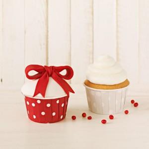 Urzekające papilotki z kolekcji CakeCouture, wzorowanej na pin-upowej modzie lat 50. Świetne do walentynkowych babeczek. Fot. Birkmann.