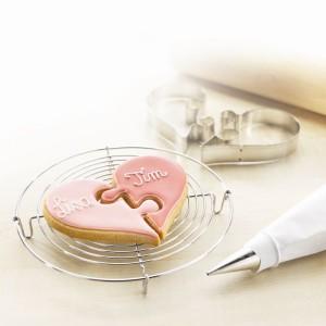 Foremki do wykrawania ciasteczek składają się z dwóch części, które łączą się jak puzzle. Uroczy pomysł na prezent, jeszcze bardziej urocze będą ciasteczka, wykonane z jego pomocą. Fot. Birkmann.