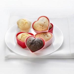 Silikonowe foremki-serduszka od firmy Birkmann. Można ich używać zarówno w piekarniku, jak i w zamrażarce. Mogą więc służyć nie tylko do pieczenia walentynkowych babeczek, lecz także do przygotowywania np. sorbetów. Fot. Birkmann.