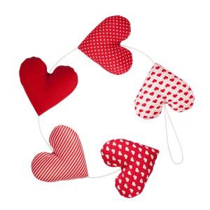 Sercowa girlanda to propozycja Pracowni mi, która szyje tekstylne ozdoby, dostępne na stronie DaWanda. Takie urocze serca świetnie ozdobią walentynkowy stół z pysznościami. Fot. DaWanda.