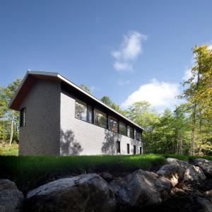 Dom jest współczesną wariacją na temat wiejskiej chatki. Projekt: Blouin Tardif Architecture-Environment. Fot. Steve Montpetit.