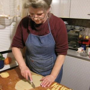 Na zdjęciu: pani Elżbieta Kożuszek, przygotowująca ostatkowe faworki. Fot. Radosław Kożuszek.