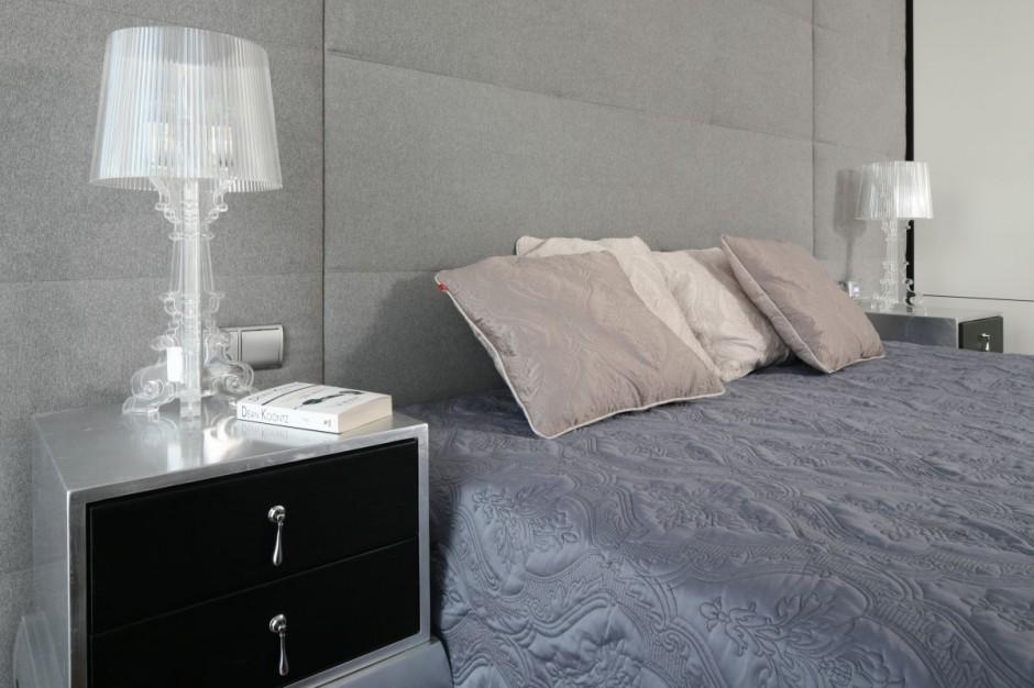 Stonowana kolorystyka w połączeniu z wyszukanymi formami stolików nocnych i lampek nocnych tworzy wyjątkowe wnętrze z charakterem. Fot. Bartosz Jarosz.