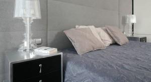 Stonowane kolory, starannie dobrane dodatki to przepis na wygodną sypialnię, w której możemy komfortowo odpocząć. Zobaczcie wnętrze łączące modne szarości, biel oraz wyszukane elementy w eleganckim stylu glamour.