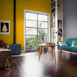 Osoby powściągliwe w stosunku do intensywnych kolorów, powinny stopniowo przyzwyczajać się do mocnych barw. Na początek kolorową farbą można pomalować jedną ze ścian. Pozostałe natomiast ozdobić farbą w bardziej stonowanym odcieniu. Fot. Dulux.