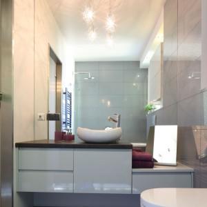 W małej łazience szafka zajmuje całą, niewielką szerokość ściany, mebel zróżnicowano pod względem wysokości, co dodaje mu uroku. Projekt: Arkadiusz Grzędzicki. Fot. Bartosz Jarosz.
