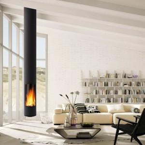 Biała, ceglana ściana podkreśliła minimalistyczny wystrój strefy dziennej. Na jej tle industrialny kominek prezentuje się naprawdę imponująco. Fot. Koperfam.