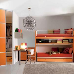 Piętrowe łóżko to idealne rozwiązanie dla rodzeństwa, które dzieli niewielki pokój. Oprócz wygodnego wypoczynku mebel inspiruje też do wspólnej zabawy. Fot. Doimo Cityline.