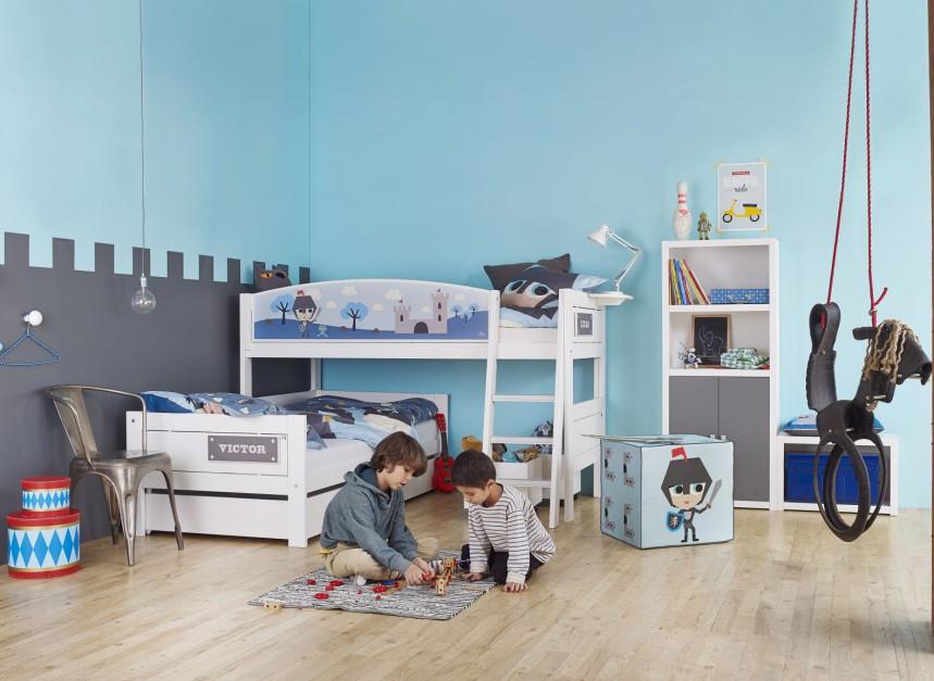 W pokoju małych chłopców można wykorzystać dwa typy łóżek: standardowe oraz na antresoli. Możemy ustawić je w rogu pomieszczenia w taki sposób, by jedno zachodziło na drugie. Fot. Cuckooland.